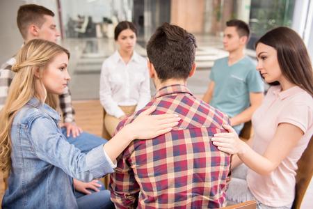 terapia psicologica: La terapia de grupo. Grupo de personas que se sientan cerca unos de otros y comunicarse.
