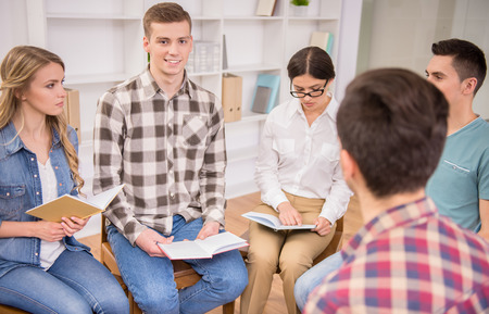 terapia psicologica: Terapeuta hablando a un grupo de rehabilitaci�n en la sesi�n de terapia.