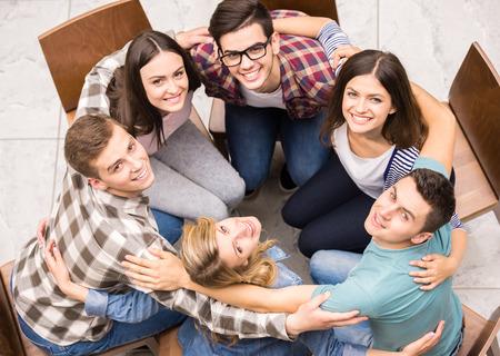 Círculo de confiança. Grupo de pessoas sentadas em círculo e apoiar uns aos outros.