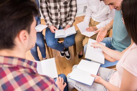 terapia grupal: Grupo de apoyo de personas. Discusión en pequeños grupos. Foto de archivo