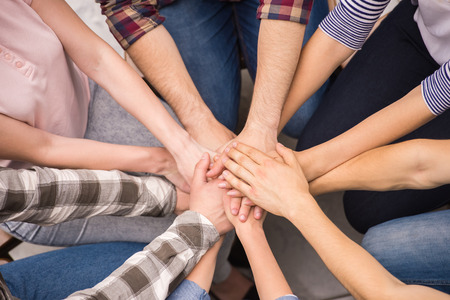 terapia grupal: Las personas adictas tienen buen tiempo juntos en la terapia de grupo especial.
