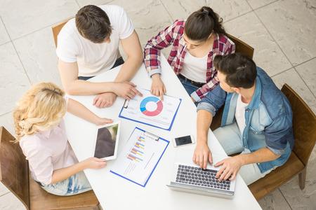 Gruppe von jungen kreativen Menschen sitzen im Büro und brainstormimg. Lizenzfreie Bilder