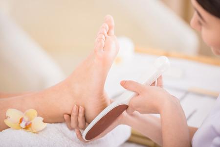 pedicura: Peeling pies procedimiento de pedicura en un salón de belleza.