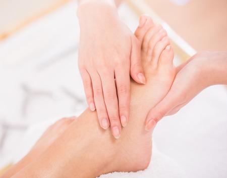 reflexologie plantaire: Close-up du processus de pédicure détente dans le spa salon.