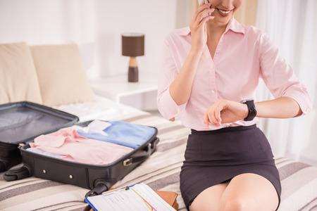 femme valise: Jeune Hurring dame d'affaires jusqu'à rencontrer et de parler par téléphone. Fermer.