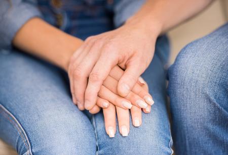 marido y mujer: Pares que tienen grandes problemas en las relaciones. Marido consolar a su esposa. Acercamiento.