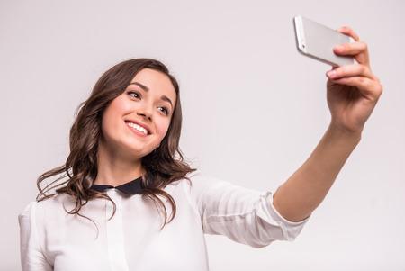 Schöne junge Frau macht selfie Foto mit Smartphone. Standard-Bild - 48108983
