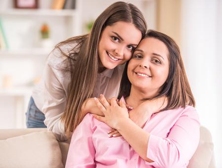 madre e hija adolescente: Una familia feliz. Madre e hija adolescente en casa.