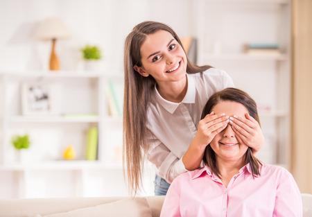 Eine glückliche Familie. Mutter und jugendlich Tochter zu Hause. Standard-Bild - 45590585