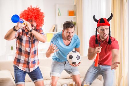 Junge Männer trinken Bier, essen Pizza und jubeln für Fußball Standard-Bild - 45655302