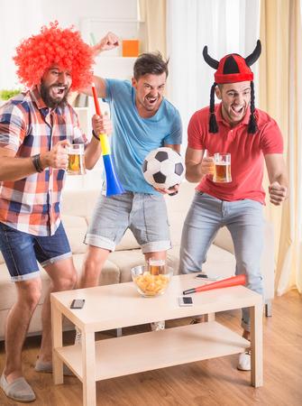 Junge Männer trinken Bier, essen Pizza und jubeln für Fußball Standard-Bild - 45655822