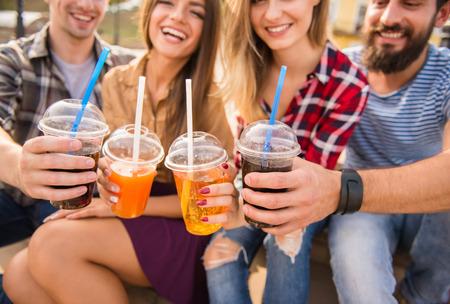 pareja comiendo: Los jóvenes caminando al aire libre. Sentado en el parque y comer comida rápida