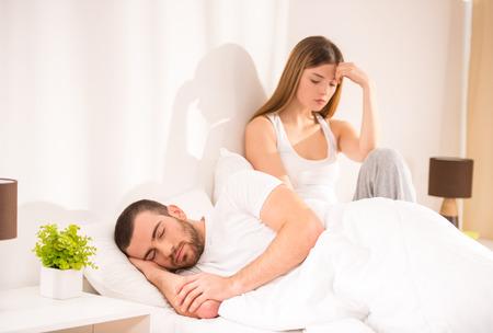 couple bed: Problèmes de famille. Jeune couple a des problèmes