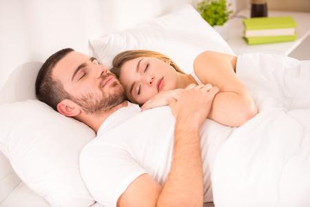 pied jeune fille: Jeune couple heureux dans son lit à la maison Banque d'images