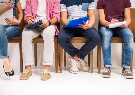 인터뷰 대기 의자에 앉아 사람들의 그룹