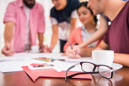 gente trabajando: Un grupo de gente joven que trabaja en la oficina