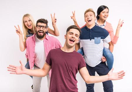 Grappige jonge mensen op een grijze achtergrond