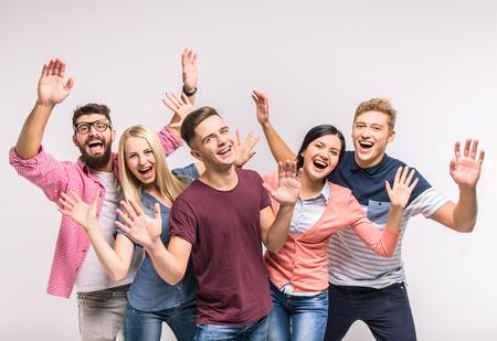 gente feliz: Los j�venes divertidos en un fondo gris