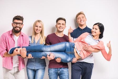 Lustige junge Menschen auf einem grauen Hintergrund photo