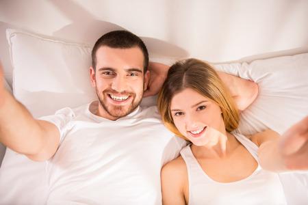 Junges Paar glücklich im Bett zu Hause photo