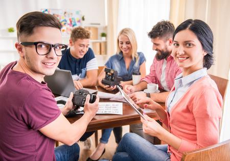 Eine Gruppe von jungen Menschen, die im Büro photo