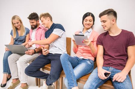 Gruppe von Menschen sitzen auf Stühlen warten Interviews photo