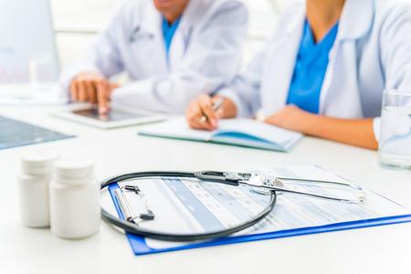 Moderne Medizin. Gruppe erfolgreiche Ärzte im Krankenhaus Hintergrund Standard-Bild - 47102587