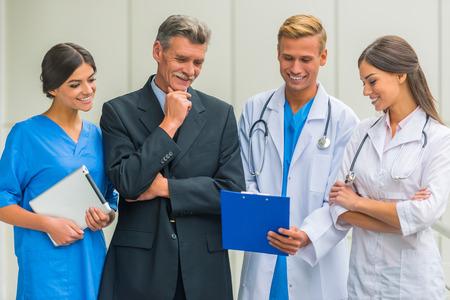 Patron. Senior mannelijke zakenman schudt handen artsen in het ziekenhuis