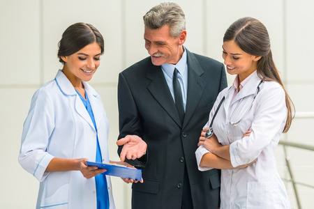 守護。シニア男性ビジネスマン病院で医師の手を振る 写真素材 - 47104270