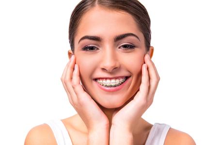 Porträt einer schönen Frau mit Klammern auf den Zähnen, isoliert auf einem weißen Hintergrund photo