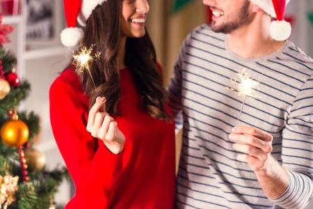 parejas romanticas: Feliz Navidad. Pareja joven celebrando la Navidad en casa