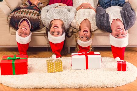 Vier junge Freunde, zwei Mädchen und zwei Jungen, während zu Hause Weihnachten feiert Standard-Bild - 47910586