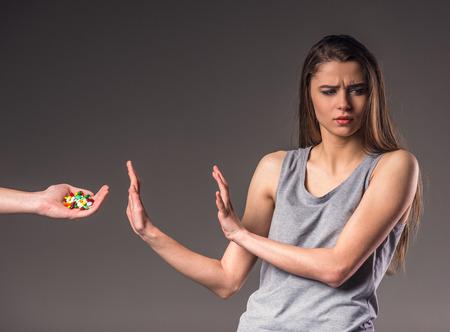 bad habits: El problema social. Infeliz mujer joven, el rechazo de los malos hábitos