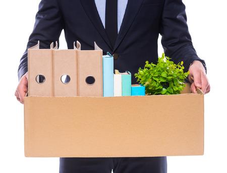 Jeune homme d'affaires heureux avec boîte pour emménager dans un nouveau bureau. Studio tourné, isolé sur fond blanc