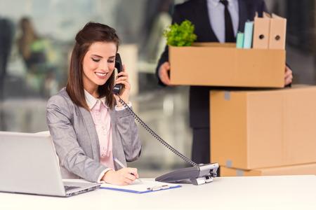 Junge glücklich Geschäftsmann und eine Geschäftsfrau mit Kästen für Umzug in ein neues Büro Standard-Bild - 47955947