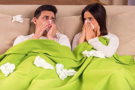 Krankheit. Ein junges Paar in der Behandlung von Krankheiten zu Hause Standard-Bild - 49847805