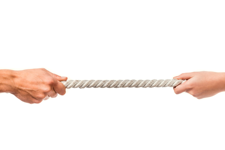 男と女は、白い背景で隔離、ロープを引っ張るの手