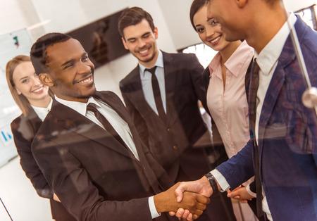 Junge Geschäftsleute, die auf einer Konferenz im Büro photo