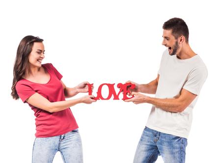 Portrait eines jungen Paares in der Liebe isoliert auf weißem Hintergrund photo