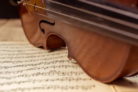 Violon et notes de près sur la table en bois Banque d'images