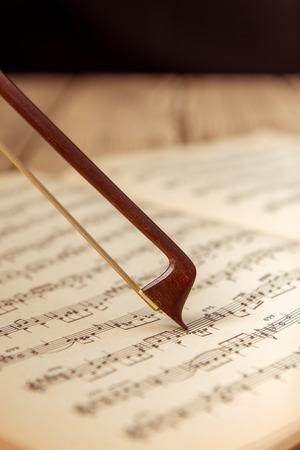Violon et notes de près sur la table en bois