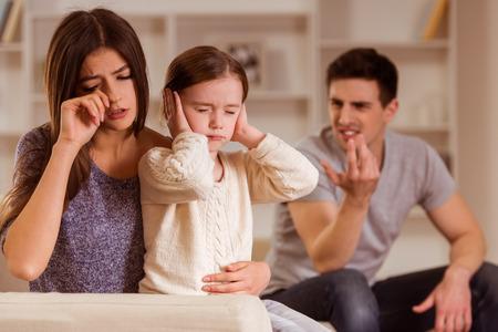 ? Hild Streit der Eltern nicht hören kann, ist es schwierig für die mind.They des Kindes zu Hause sind Standard-Bild - 51560555