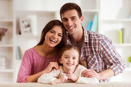 Lächelnde junge Eltern und ihr Kind sind sehr glücklich, sie sind zu Hause Standard-Bild - 51560597