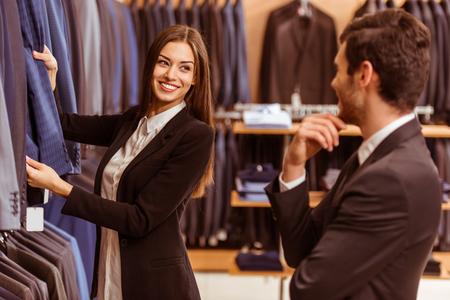 270db989a14 #51688203 - 미소하고 양복점에서 현대 젊은 잘 생긴 사업가 양복을 제공 하 고 젊은 아름 다운 여성 상점 조교