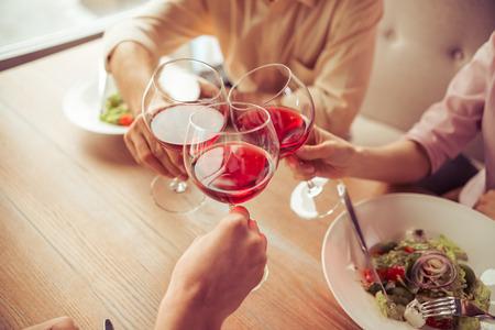 Geschäftsleute sind klirrende Gläser Wein zusammen während Business-Lunch im Restaurant, close-up photo