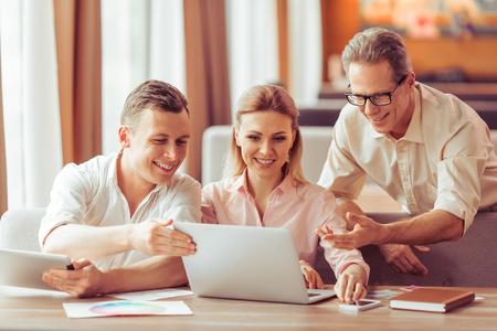 Geschäftsleute diskutieren geschäftlichen Angelegenheiten, mit Laptop und Tablet-und lächelt, während im Restaurant arbeiten photo