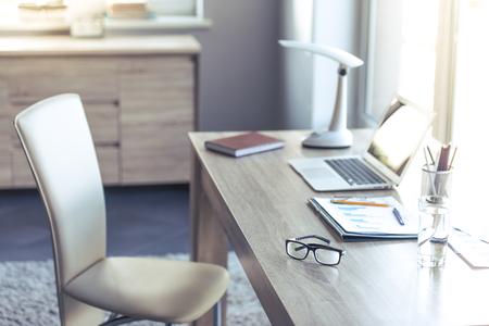 lugar cómodo y ligero para las personas que trabajan en el hogar
