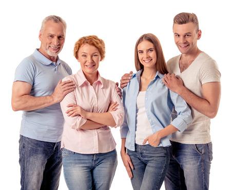 Portrait de deux générations heureuses de familles regardent la caméra et sourient, isolés sur blanc