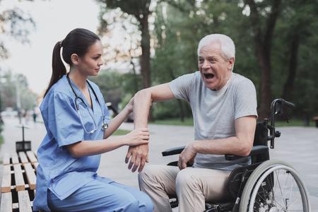 その老人は看護婦にひじを調べさせた。