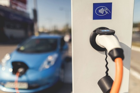 電動マシンを充電する充電ステーションで停止。 写真素材